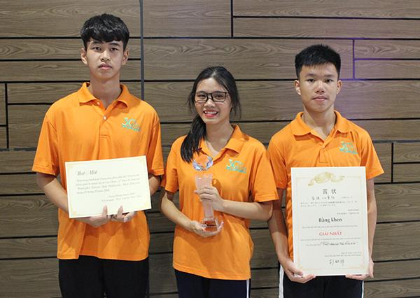 Làng trẻ em mồ côi Birla giành giải nhất Cuộc thi làm phim toàn quốc dành cho trẻ em Việt Nam lần thứ 12. Êkip chính của bộ phim gồm Đạo diễn Công Chiến (ngoài bên trái), kịch bản Nguyễn Nga (ở giữa) và diễn viên chính Trọng Nhâm (ngoài bên phải).