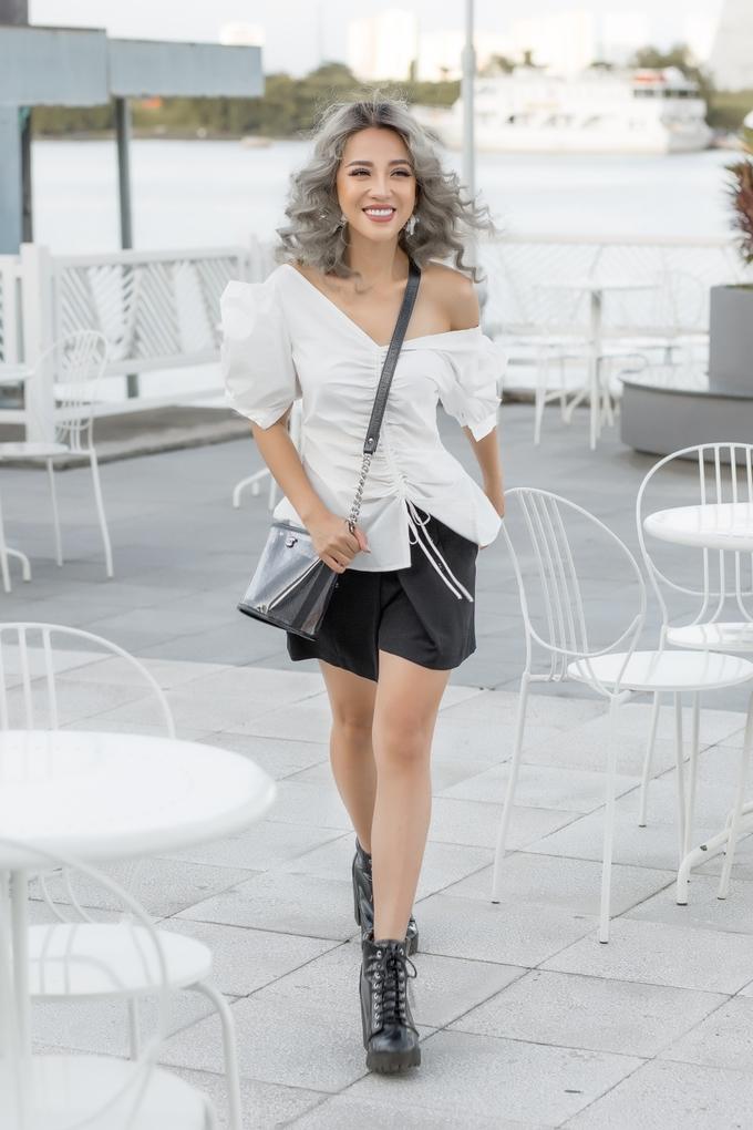 <p> Một đôi boot cổ cao đi kèm chiếc túi Bucket Bag của Chanel là lựa chọn tinh tế giúp set đồ vừa có điểm nhấn vừa không quá cầu kỳ.</p>