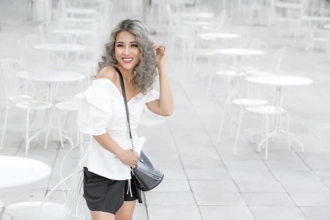<p> Nữ diễn viên lạ lẫm với mái tóc xoăn phồng màu bạch kim cá tính. Puka trông hiện đại, khoẻ khoắn khi kết hợp cùng những set đồ thời trang tối giản.</p>