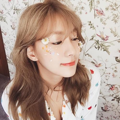 Ha Young (Apink) trang điểm kiểu đính hoa lên mặt cầu kỳ.