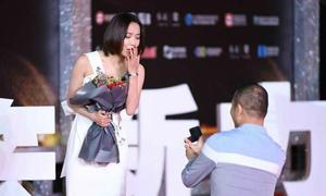 Bị fan nam cầu hôn trên thảm đỏ, sao nữ Trung Quốc hốt hoảng bỏ chạy
