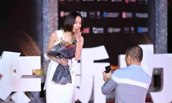 Vương Lạc Đan choáng với màn cầu hôn của fan cuồng.