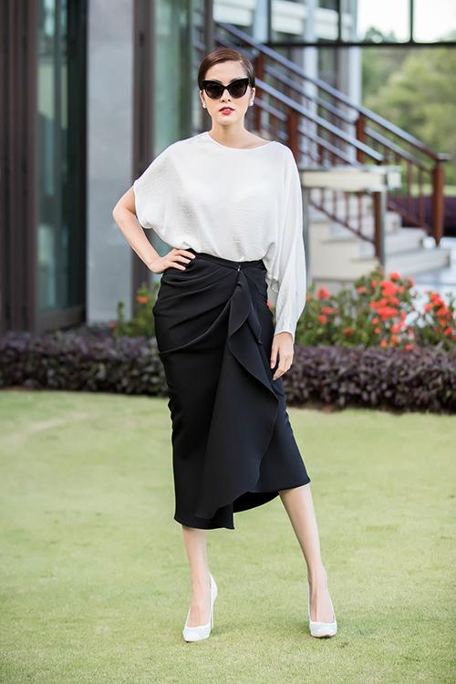 Mùa hè năm nay, hàng loạt mỹ nhân Việt cùng chọn mặc chiếc váy đen dáng bút chì của NTK Đỗ Mạnh Cường. Đây là một thiết kế được anh giới thiệu trong show Xuân Hè 2018. Tăng Thanh Hà là mỹ nhân đầu tiên khoác lên mình món đồ duyên dáng này.