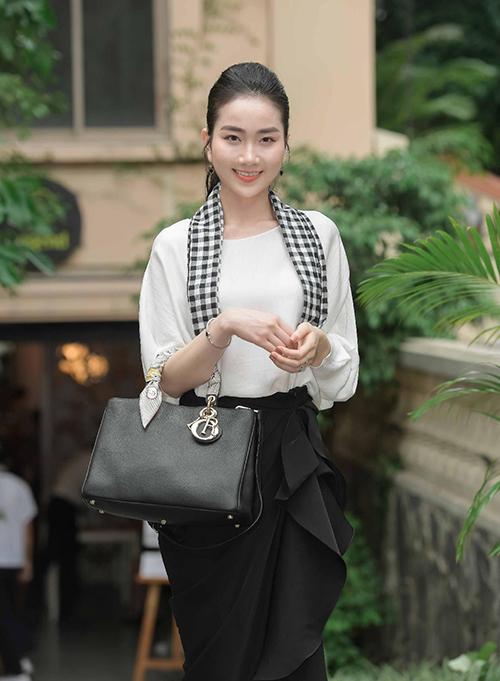 Người đẹp Phùng Lan Hương không ngại chi 18 triệu đồng để sở hữu món đồ đang đụng bất chấp.