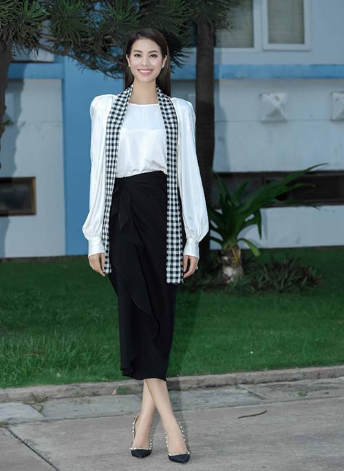Hoa hậu Phạm Hương đụng độ nguyên bộ đồ với Mỹ Linh. Tuy nhiên cô kết hợp cùng giày cao gót đen tông xuyệt tông với cả trang phục.