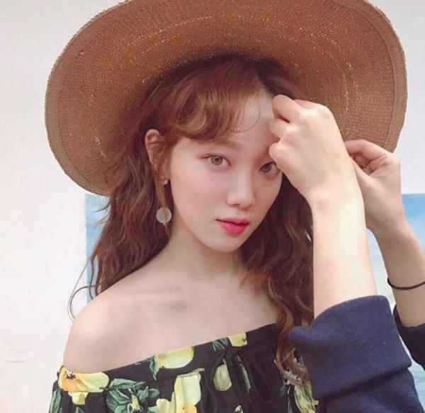 Tóc mái xoăn tạo độ cong thành hình trái tim như Lee Sung Kyung cũng được nhiều sao Hàn yêu thích vì giúp vẻ ngoài trở nên rất nữ tính, lãng mạn, đặc biệt phù hợp với những ngày lạnh.