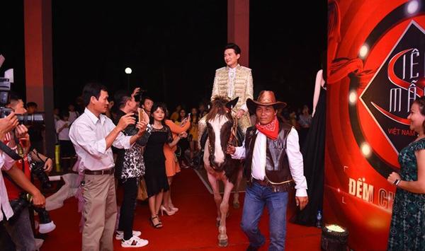 Mới đây trong đêm chung kết Siêu mẫu Việt Nam 2018, giám khảo Dược sĩ Tiến đã cưỡi ngựa