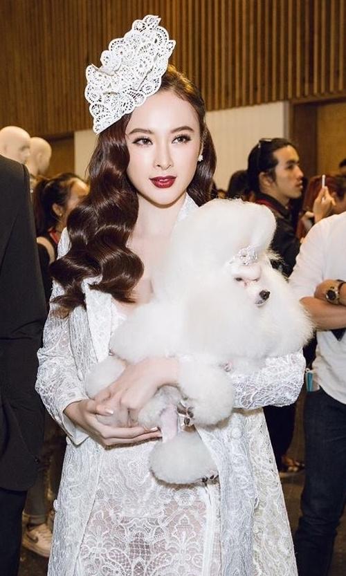 Ở một sự kiện khác, nữ diễn viên bế cún cưng để thể hiện phong cách quý cô.