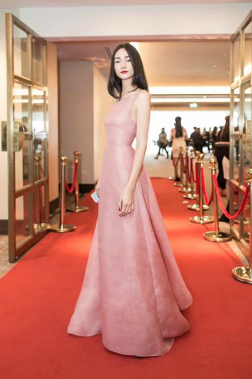 Còn với Thùy Trang, cô diện mẫu đầm được lấy cảm hứng từ những chuyến đi thăm thành phố Đà Lạt lãng mạn của NTK Trần Hùng theo phong cáchcá tính, chuẩn mẫu.