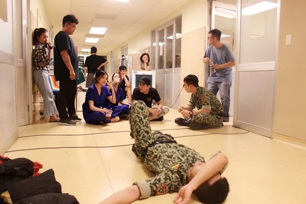 Cao Thái Hà đang có những ngày quay phim Hậu duệ Mặt trời phiên bản Việt tại Phú Yên. Sau hơn 10 ngày có mặt tại đây, nữ diễn viên dần quen tiến độ đoàn phim và tiết lộ những bối cảnh đặc biệt. Đoàn phim đang thực hiện những cảnh quay trên đảo.