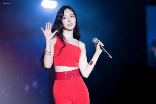 Nữ ca sĩ chinh phục được những bộ đồ bó, khoe tối đa đường cong trên sân khấu. Dù nhóm Apink theo hình tượng trong sáng thì Na Eun luôn lọt top những mỹ nhân gợi nhất.