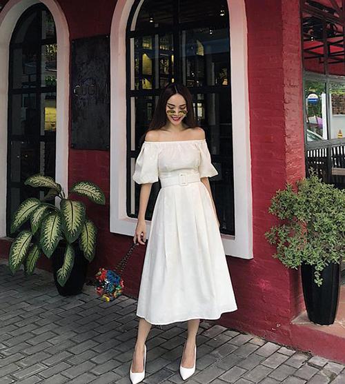 Cô chị Yến Trang cũng chọn sắc trắng làm chủ đạo, tuy nhiên chiếc váy bồng và giày cao gót giúp Én chị nữ tính hơn hẳn.