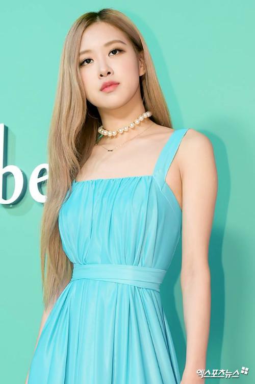 Trong sự kiện mới nhất, Rosé xuất hiện với chiếc váy xanh ngoc. Đường chiết eo là chi tiết nổi bật, tôn lên vóc dáng nữ tính của thành viên Black Pink