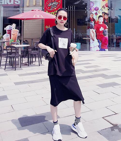 Thiều Bảo Trang hack tuổi bằng bộ váy thun đen mix sneakers trắng năng động.
