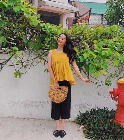 Kaity Nguyễn thắp nắng cho đường phố bằng chiếc áo vàng rực, kết hợp phụ kiện đáng yêu.
