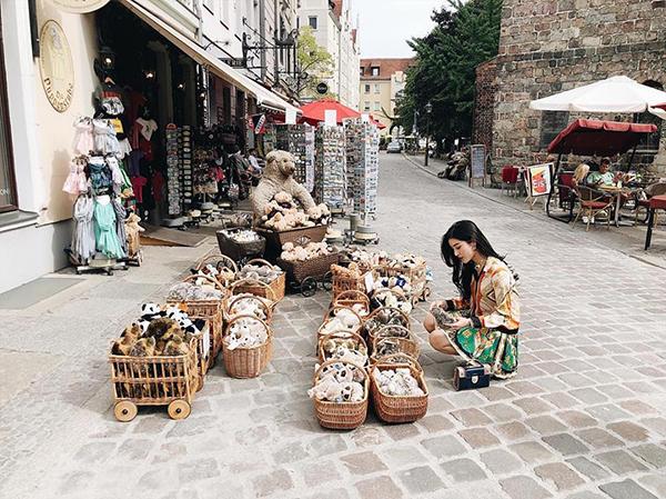 Huyền My thích mê với những chú thú bông bán khắp vỉa hè Berlin.