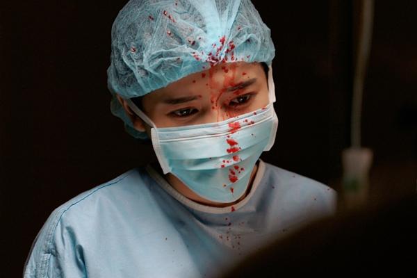 Cô vào vai Trung uý Minh Ngọc, không chỉ là một người lính mà còn là một bác sĩ quân y. Trong cảnh quay tại trạm cứu hộ, Cao Thái Hà bị dính đầy máu lên mặt. Ở phiên bản gốc của Hàn Quốc, đây là lúc các diễn viên chính hỗ trợ người dân gặp thương vong. Trong cảnh này, Cao Thái Hà và Khả Ngân và các y bác sĩ tự mình cầm kéo để giúp đỡ nạn nhân gặp nạn.