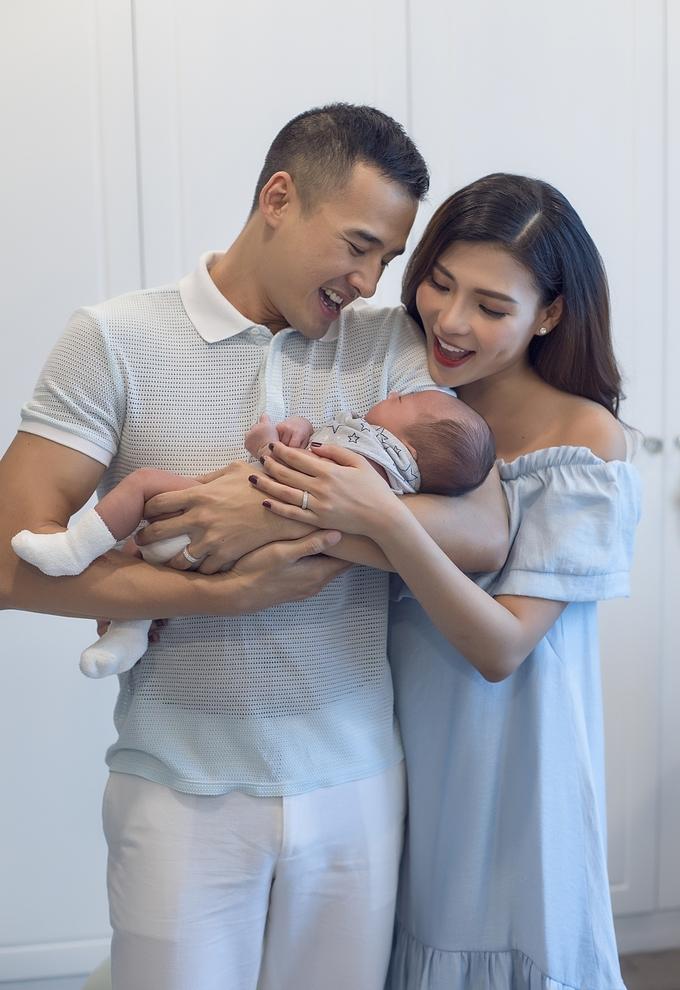 <p> Trong bộ ảnh mới, Thúy Diễm hạnh phúc khi ở bên cạnh chồng và con trai. Từ ngày lên chức mẹ, nữ diễn viên luôn sống trong tiếng cười và sự yêu thương của hai bố con.</p>