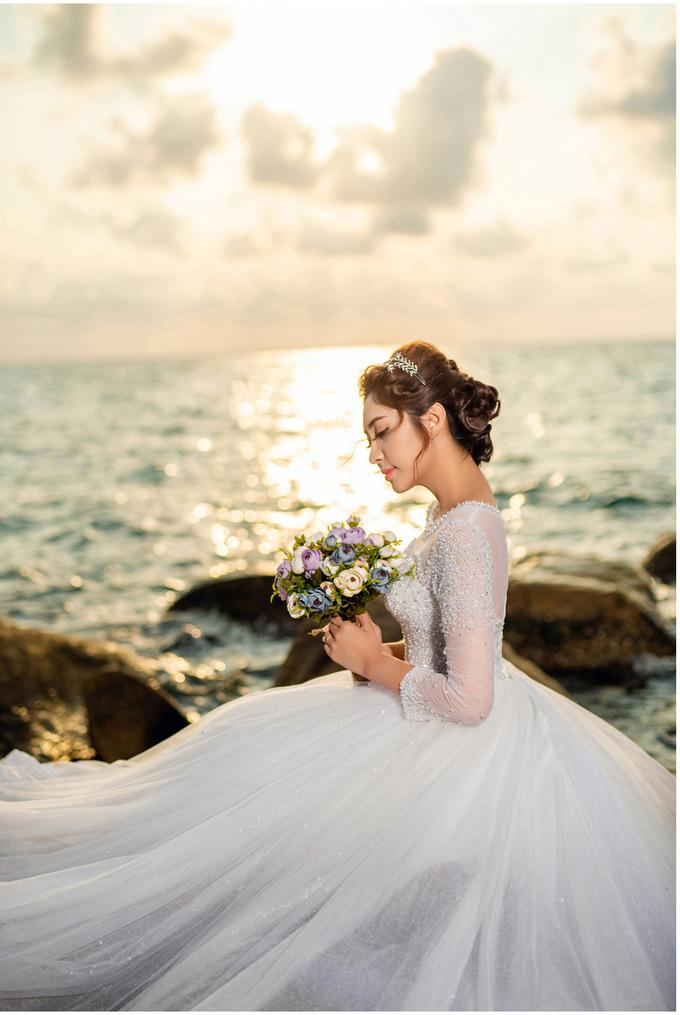 <p> 8 bộ áo cưới được đính kết thủ công cầu kỳ được chuẩn bị riêng cho Thu Thảo. Ekip đã khá vất vả trong quá trình vận chuyển trang phục, đạo cụ ra đảo để thực hiện bộ ảnh này.</p>