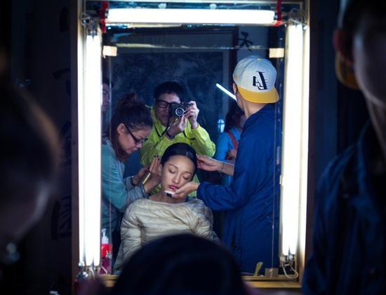 Châu Tấn bị chộp cảnh ngủ gật ngay lúc đang tút tát dung nhan trong hậu trường phim Như Ý truyện. Cô được nhân viên đỡ cằm để có thể vừa ngủ vừa làm tóc.