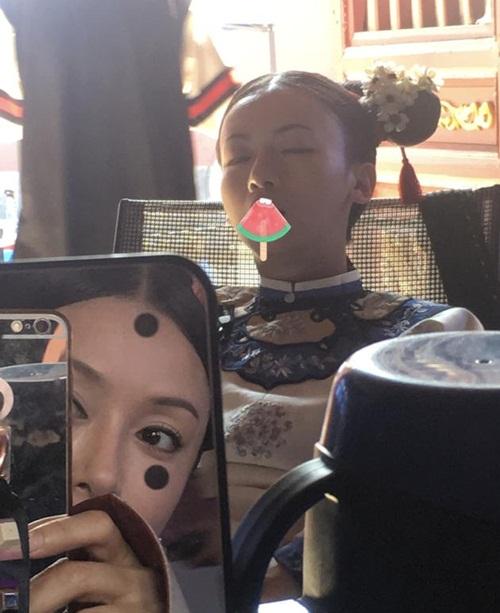 Hoàng hậu Tần Lam chơi xấu chụp lén Ngụy Anh Lạc Ngô Cẩn Ngôn ngủ há hốc miệng trên ghế trong giờ nghỉ.
