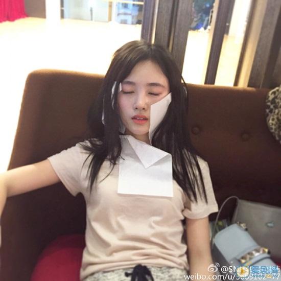 Cúc Tịnh Y khiến fan cười ngả nghiêng với kiểu dán giấy lên mặt khi ngủ để không bị mồ hôi làm hỏng lớp trang điểm.
