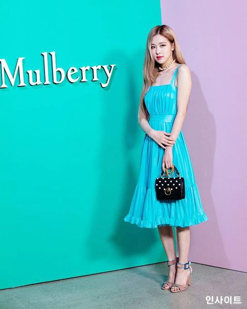 Khác với vẻ hiện đại của Jennie, Rosé gây ấn tượng với vẻ đẹp đài các. Trong sự kiện của Mulberry, nữ ca sĩ gây ấn tượng mạnh.
