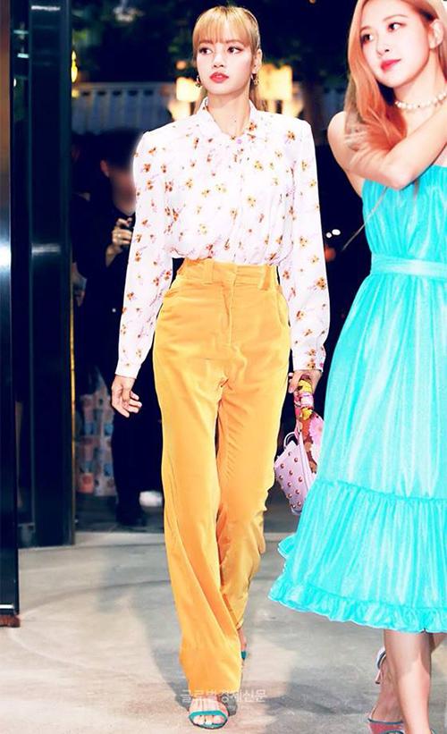 Em út Lisa sở hữu chiều cao vượt trội, gương mặt cá tính. Nữ ca sĩ thường được stylist chọn cho trang phục có thiết kế độc đáo, ít người mặc hợp.