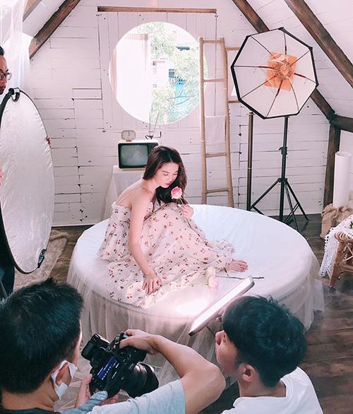 Ngọc Trinh khoe vẻ mong manh trong hậu trường buổi photoshoot mới.