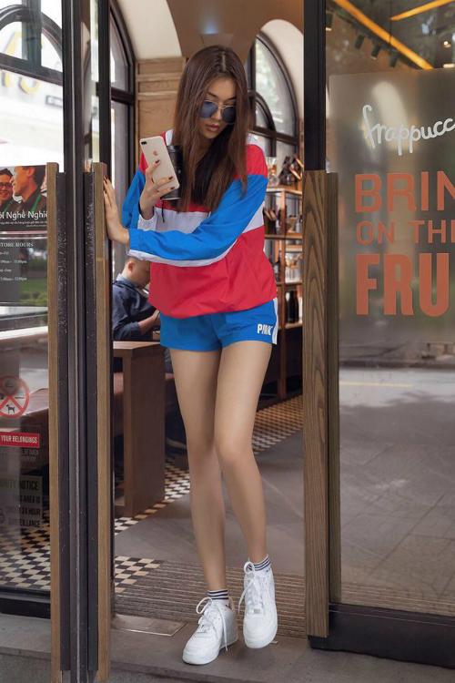 Gần đây, Lệ Hằng thường chọn style hiện đại, năng động xuống phố. Trang phục mà người đẹp sinh năm 1993 chọn cũng bớt tỉ mẩn, màu mè hơn.
