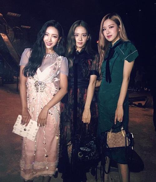 Beauty blogger đình đám Risa Babe cũng gặp gỡ hai thành viên Black Pink tại sự kiện.