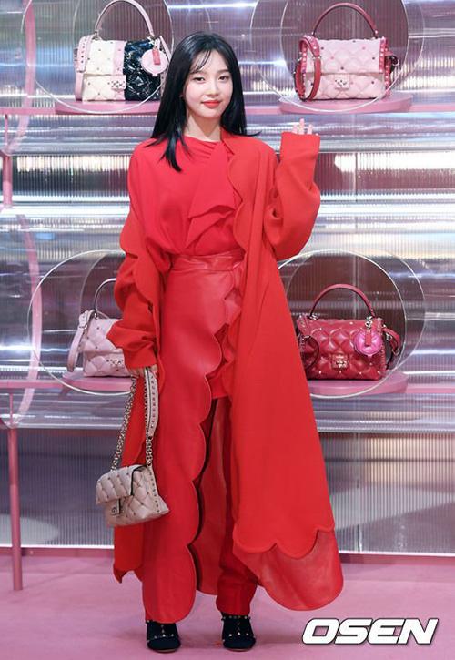 Joy vừa xuất hiện trong sự kiện của Valentino. Dù được khen ngợi xinh đẹp nhưng thần thái của nữ ca sĩ không khố chế được bộ trang phục có thiết kế độc, lạ