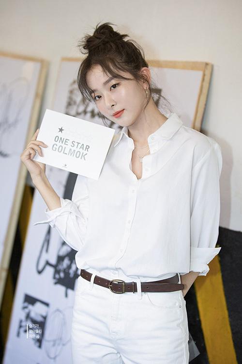 Seul Gi trở thành gương mặt đại diện cho thương hiệu giày thể thao. Thành viên Red Velvet đẹp nhất khi mặc trang phục năng động, sơ mi trắng tối giản vẫn thời trang.