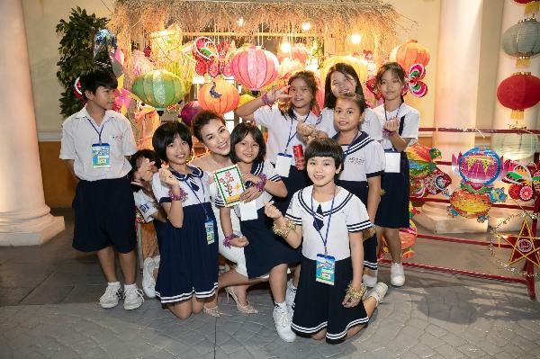 Hoàng Oanh và các bé làng trẻ em SOS.