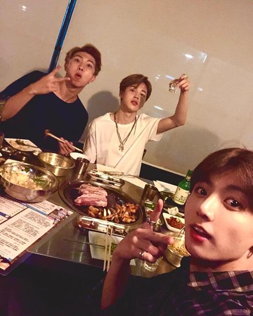 Jung Kook đăng hình đi ăn thịt nướng mừng sinh nhật trưởng nhóm RM, dìm ông anh bằng khoảnh khắc nhồm nhoàm.