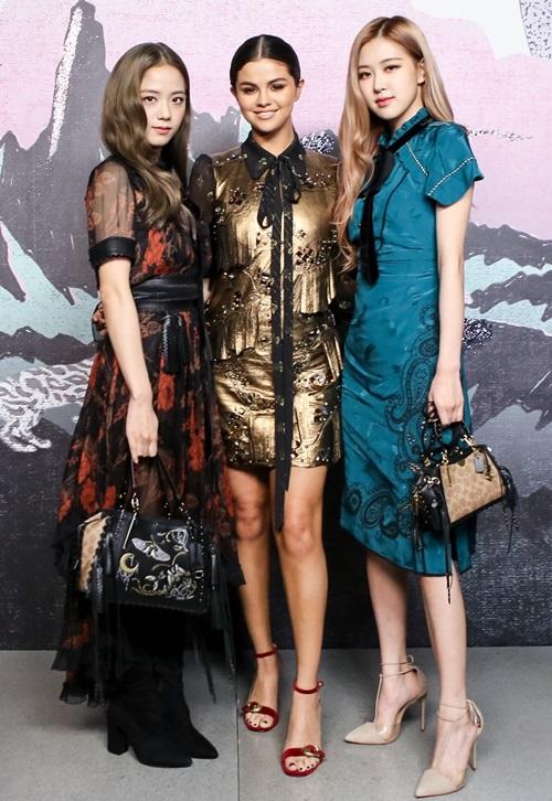 Khi đứng chung một khung hình với Selena Gomez, bộ đôi Black Pink áp đảo hoàn toàn về thần thái và vóc dáng.
