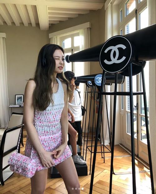 Thành viên Black Pink sang Pháp dự sự kiện của Chanel. Dù đụng cùng một chiếc váy với nhiều sao nữ châu Á, Jennie vẫn không hề kém cạnh.