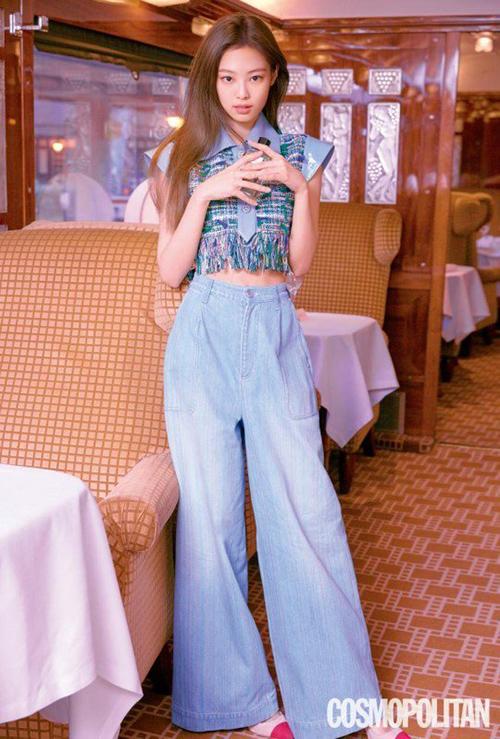 Kiểu quần cạp cao, ống rộng kén người mặc nhưng Jennie vẫn thể hiện hoàn hảo, cách phối đồ tinh tế.