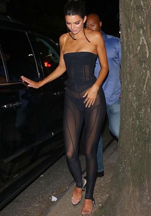 Trước đó, ngày 9/9, Kendall Jenner từng gây choáng khi xuống phố trong bộ jumpsuit xuyên thấu táo bạo, để lộ cả nội y bên trong.