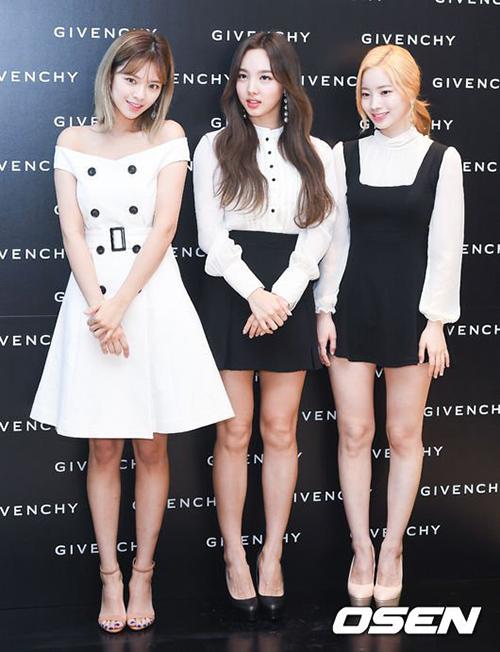 Jeong Yeon, Na Yeon và Da Hyun xuất hiện trong sự kiện của Givenchy. Tuy nhiên, ngoại hình và cách chọn trang phục của 3 thành viên Twice bị chê quá bình thường, giống đồ đi dựsự kiện bình thường hơn là quảng cáo cho một thương hiệu đình đám.