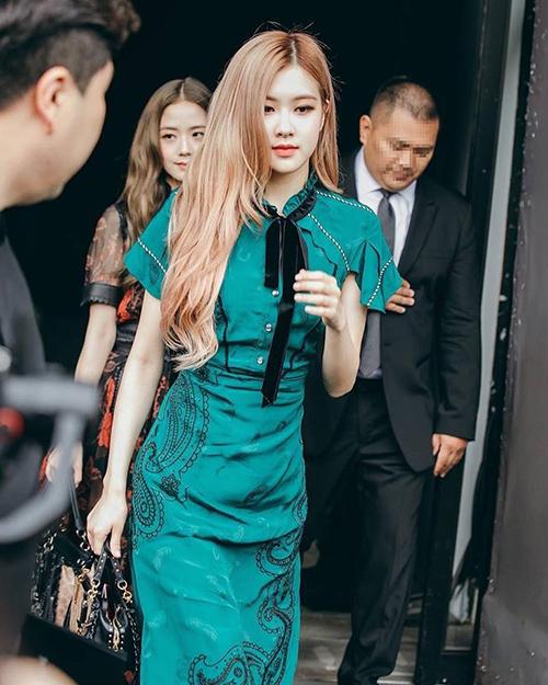 Rosé xuất hiện tại Tuần lễ thời trang New York, tham dự show diễn của Coach. Thành viên Black Pink tỏa sáng với hình ảnh đầy quyền lực, thần thái không kém cạnh những ngôi sao quốc tế.