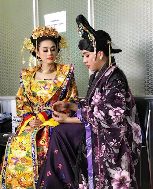 Lâm Khánh Chi và Trấn Thành cùng cạnh tranh độ đẹp gái trong bộ trang phục cổ trang.