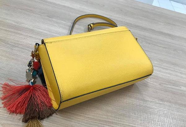 Chiếc ví cầm tay của chị B.H cũng bị khám xét.