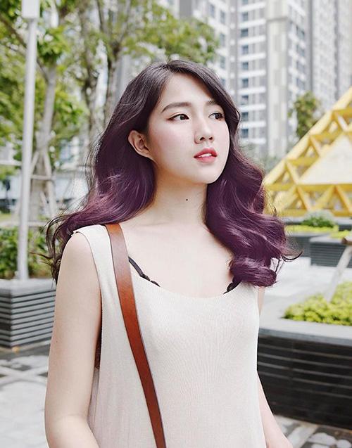 Kiều Trinh mới nhuộm tóc tím đẹp long lanh nhưng thứ khiến người ta chú ý hơn cả là gương mặt bị nghi chỉnh ảnh quá đà của cô nàng.