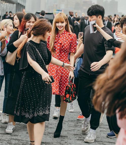 Nhiều người nhận xét, đôi bốt đen là phụ kiện không phù hợp với tổng thể set đồ. Lisa còn bị dìm chiều cao đáng kể khi đi đôi bốt này.