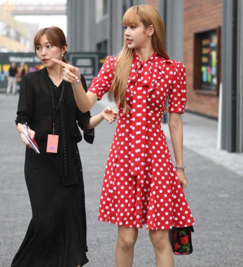 Fan phàn nàn: Đáng lẽ stylist nên phối thêm hoa tai, vòng tay để thêm phần sang chảnh hơn. Bộ váy này trông bánh bèo quá mức.