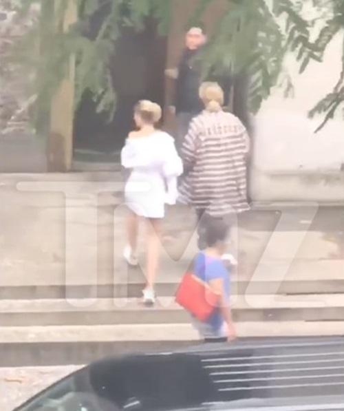 Justin dẫn Hailey đến một tòa án để đăng ký kết hôn.