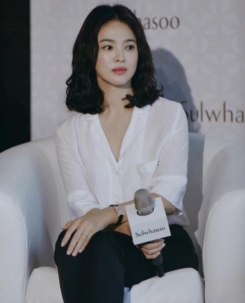 Trên một chủ đề ngày 13/9 tại Pann Nate, netizen Hàn đăng tải loạt ảnh của người đẹp tại sự kiện ở Hong Kong cuối tháng 8. Nhiều người gọi Song Hye Kyo là búp bê sống.