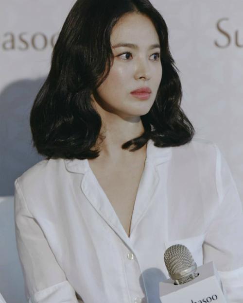 Nhan sắc Song Hye Kyo liên tục gây sốt trên nhiều diễn đàn tại Hàn Quốc. Khán giả không tiếc lời khen ngợi đẳng cấp đại mỹ nhân của nữ diễn viên. Dù đã 37 tuổi nhưng cô vẫn rất xinh đẹp, không hề có dấu hiệu xuống sắc.