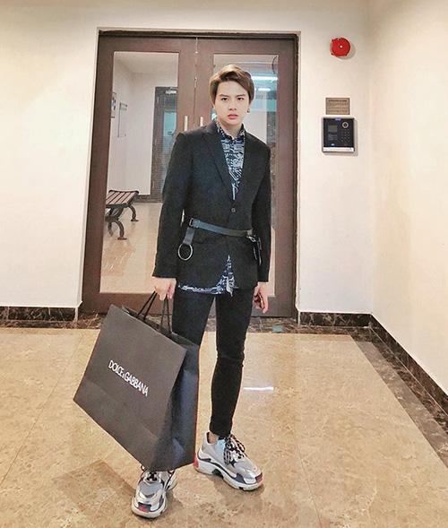 Duy Khánh ăn vận bảnh bao với hàng hiệu từ đầu đến chân, khoe vừa đi oanh tạc trong cửa hàng Dolce & Gabbana.